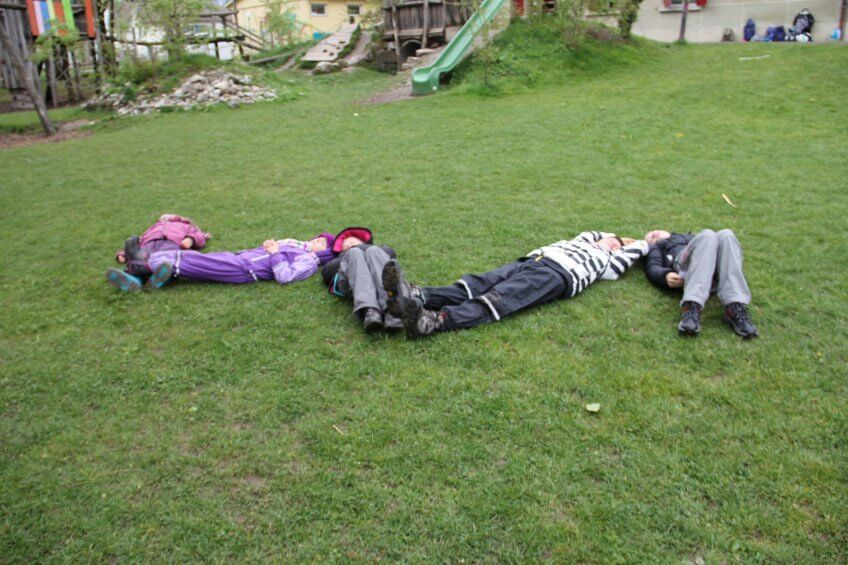 Des enfants forment un sonagramme avec leur corps.