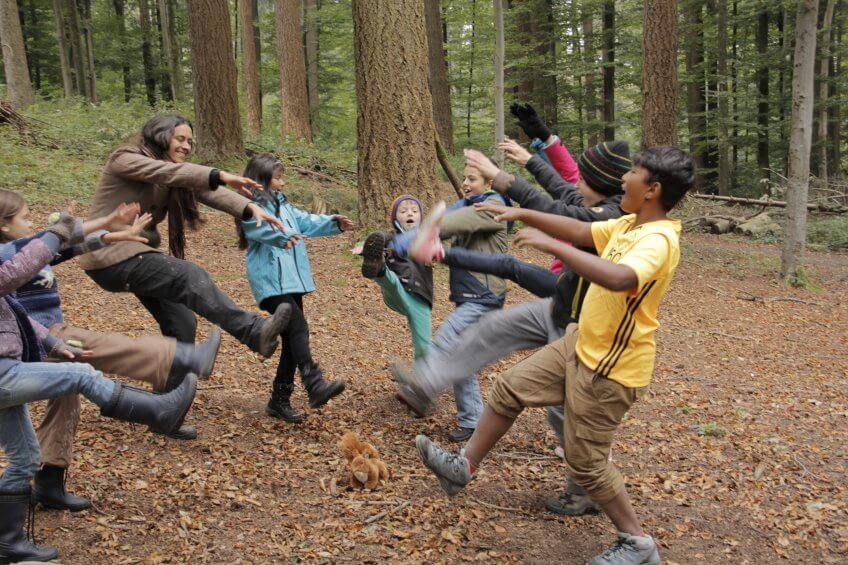 """Des enfants dansent sur """"Jean petit qui danse""""."""