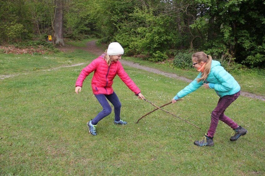 Des enfants jouent touche pied.