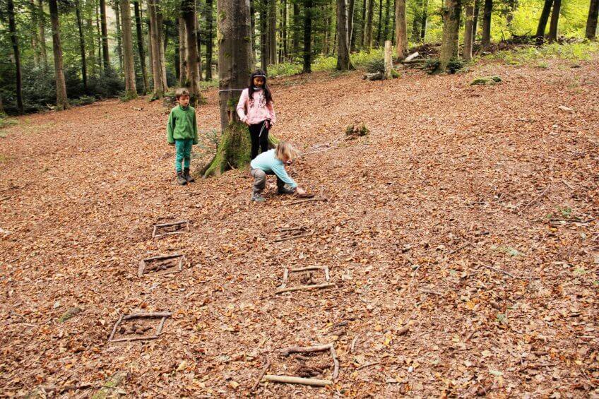 Des enfants préparent un terrain de slalom.