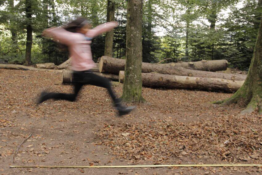 Une enfant fait du saut en longueur.