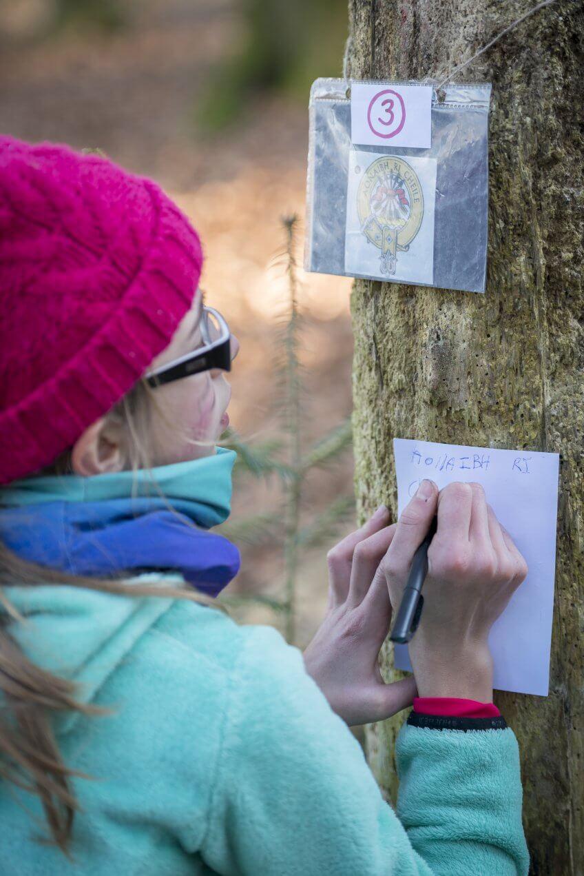 Une enfant qui dessine un symbole.