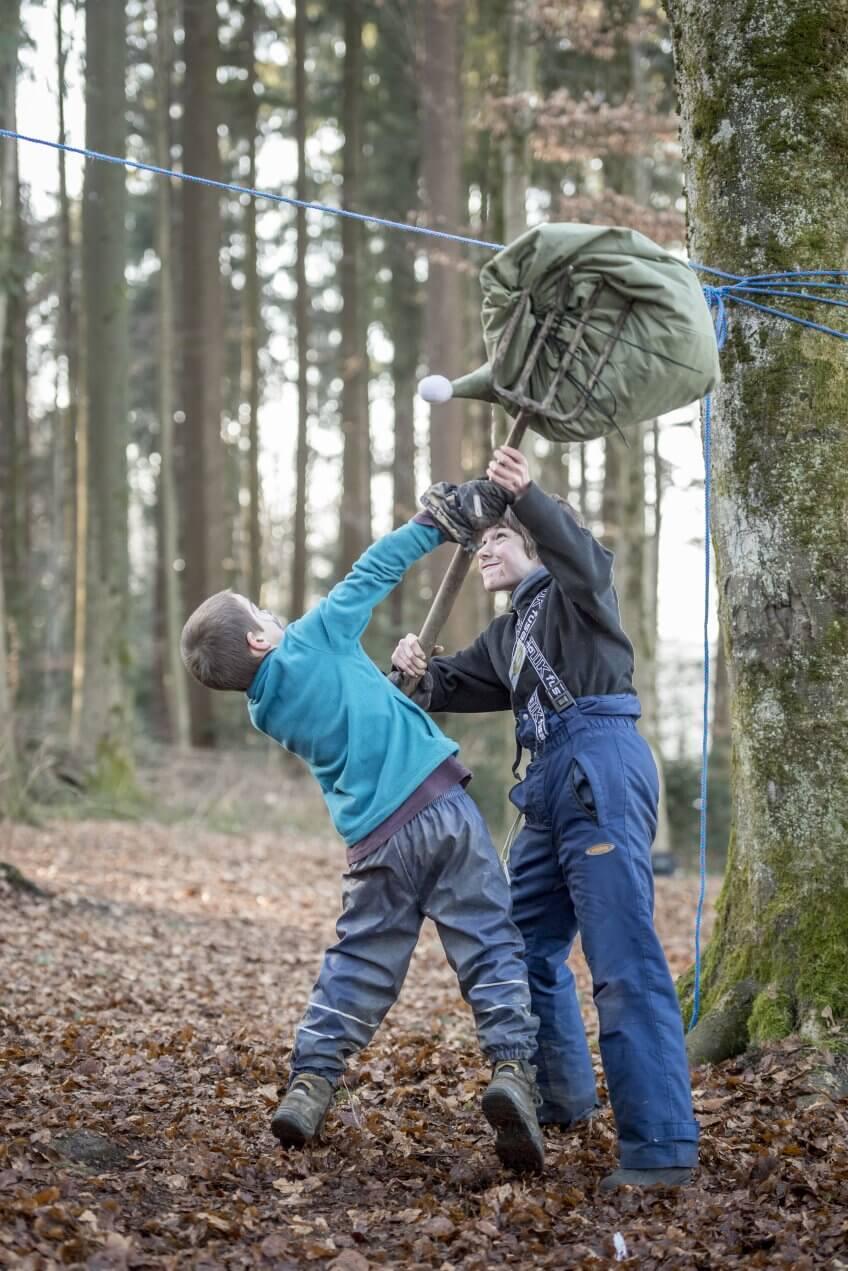 Deux enfant utilisent une fourche.