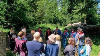 Des balades d'observation et de découverte du patrimoine sont organisées en forêt par les «brigands du Jorat».