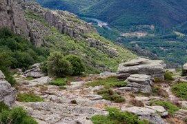 Cherchez le jeune mouflon. En contrebas, l'Orb s'écoule dans la vallée.  / © Fleur Daugey