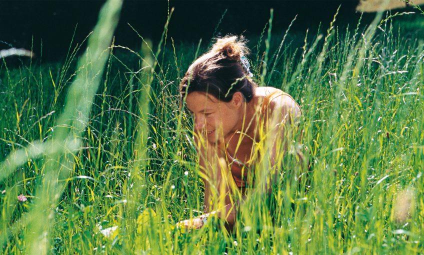 Le nez dans l'herbe à la recherche des criquets et sauterelles