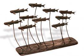 Les athérines La douceur de la Méditerranée invite à plonger pour observer la faune sous-marine. J'étais un peu loin de la côte, avec masque et tuba, lorsque j'ai rencontré ces petits poissons en banc, nageant près de la surface. Au large des îles Lavezzi (Corse), le 2 octobre 1997 / © Sculpture : Tsunéhiko Kuwabara Photographie : Jean-Baptiste Lardenois