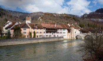 Le Doubs à hauteur du bourg médiéval de Saint-Ursanne