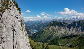 Lac de l'Hongrin et Pointe d'Aveneyre depuis le jardin alpin.