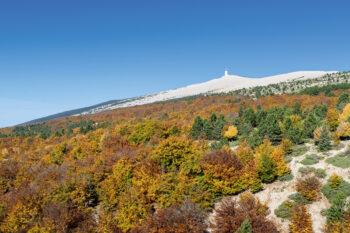 Vue sur le mont Ventoux et son observatoire météo.
